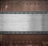 与铆钉的老生锈的金属片背景 免版税库存图片