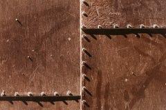与铆钉的金属生锈的盘区 免版税库存图片