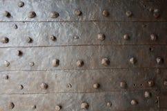与铆钉纹理的老生锈的伪造的金属 免版税库存照片