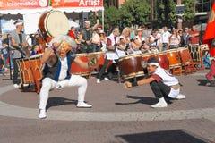 与铙钹舞蹈的日本鼓表现 免版税库存照片