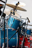 与铜版的蓝色鼓成套工具在音乐会露天舞台 免版税图库摄影