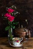 与铜水壶的茶 免版税库存图片