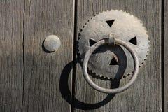 与铰链和锁的老木门 库存照片