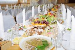 与银器和玻璃器皿的承办酒席桌集合服务 免版税库存照片