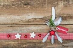 与银器餐位餐具的圣诞节背景欢乐假日晚餐的 图库摄影