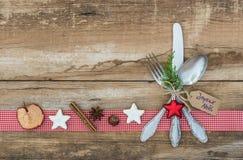 与银器餐位餐具的圣诞节背景欢乐假日晚餐的 库存照片