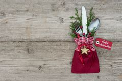 与银器餐位餐具的圣诞节背景欢乐假日晚餐的 库存图片