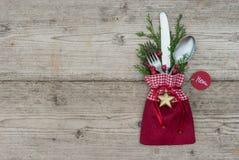 与银器餐位餐具的圣诞节背景欢乐假日晚餐的 免版税库存照片