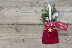 与银器餐位餐具的圣诞节背景欢乐假日晚餐的 免版税库存图片