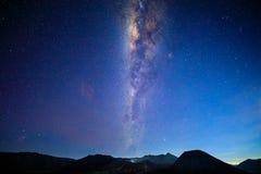 与银河、月亮和沙子strom腾格尔Se的Bromo火山 图库摄影