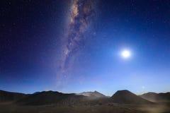 与银河、月亮和沙子strom腾格尔Se的Bromo火山 免版税图库摄影