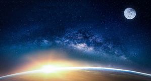 与银河星系的风景 从温泉的日出和地球视图 免版税库存照片
