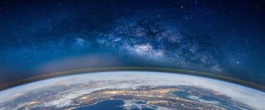 与银河星系的风景 从spac的地球和极光视图 库存图片