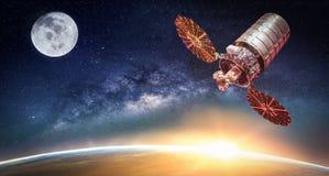 与银河星系的风景 日出、卫星和地球vi 免版税库存图片