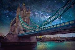 与银河星系的风景 与星的夜空在塔 免版税库存照片