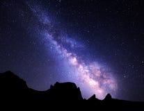 与银河的风景 与星的夜空在山 库存照片