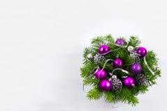 与银色丝带和紫色中看不中用的物品,拷贝温泉的圣诞节花圈 免版税库存图片