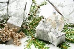 与银色丝带和针冷杉的银色圣诞节礼物与r 库存图片