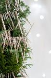 与银色冰柱的圣诞树 免版税库存照片