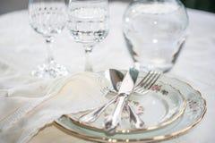 与银色刀子、叉子和匙子说谎的acros的典雅的餐具 免版税库存照片