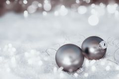 与银色圣诞节球的冷淡的雪bokeh背景 库存图片
