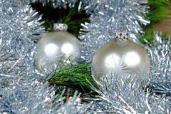 与银色星的两个银色圣诞节球 免版税库存图片