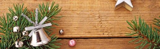 与银色玻璃响铃的圣诞节背景 免版税图库摄影
