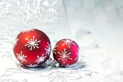 与银色装饰品的红色圣诞节装饰 库存照片