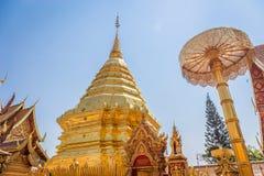 与银色金属框架的抽象金黄菩萨雕象在寺庙 免版税库存图片