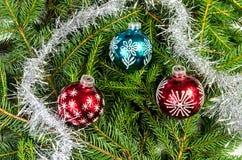 与银色链子的三个圣诞节球 图库摄影