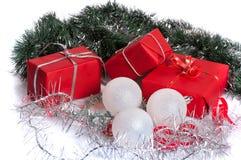 与银色闪亮金属片和白色球的红色礼物 库存图片