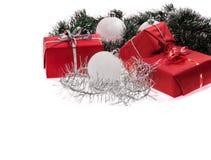 与银色闪亮金属片和白色球的红色礼物 图库摄影