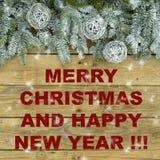 与银色闪烁球的杉树在木自然概略的背景 在绿色和白色的圣诞节明信片 库存图片