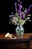 与银色鞋带的墨西哥贤哲在马赛克花瓶开花在a旁边 免版税库存图片
