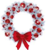 与银色颜色冷杉的圣诞节花圈分支和红色球 免版税图库摄影