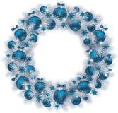 与银色颜色冷杉的圣诞节花圈分支和蓝色球 免版税库存照片