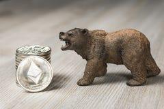 与银色Ethereum Cryptocurrency的熊 熊市华尔街财政概念 库存图片