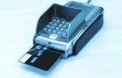 与银行卡的交易 免版税库存图片
