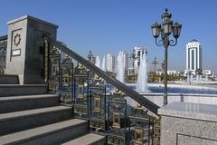 与铸件扶手栏杆的人行桥 免版税库存照片