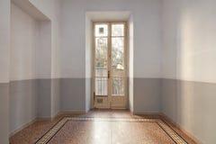 与铺磁砖的地板和窗口的空的室内部与阳台 免版税库存照片