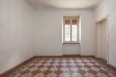 与铺磁砖的,装饰的地板的空的室内部在一个晴天 免版税库存照片
