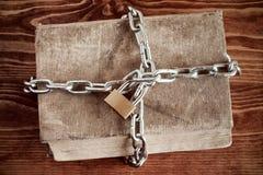 与链子和挂锁的旧书 免版税库存图片