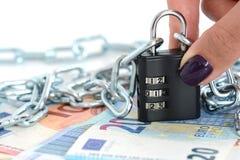 与链子和挂锁的金融证券概念在现金钞票 库存图片