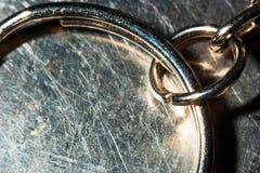 与链子的钥匙圈在金属背景宏指令 图库摄影