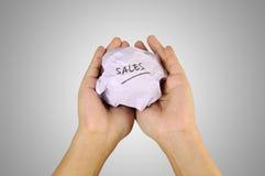 与销售写的手藏品被弄皱的纸 免版税库存图片