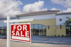与销售房地产标志的空置零售大厦 免版税图库摄影