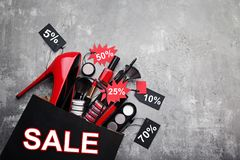 与销售标记的构成化妆用品 免版税库存照片