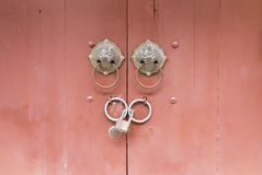 与锁和通道门环中国式的门 图库摄影