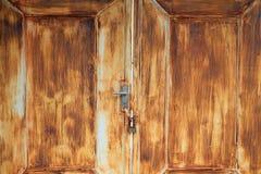 与锁定的老生锈的铁门 图库摄影