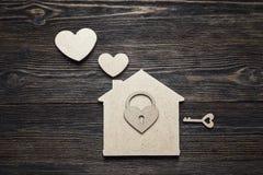 与锁心脏的手工制造家庭在木backgroun的标志和钥匙 免版税库存照片